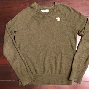 Abercrombie boys size 9/10 sweater in green color.